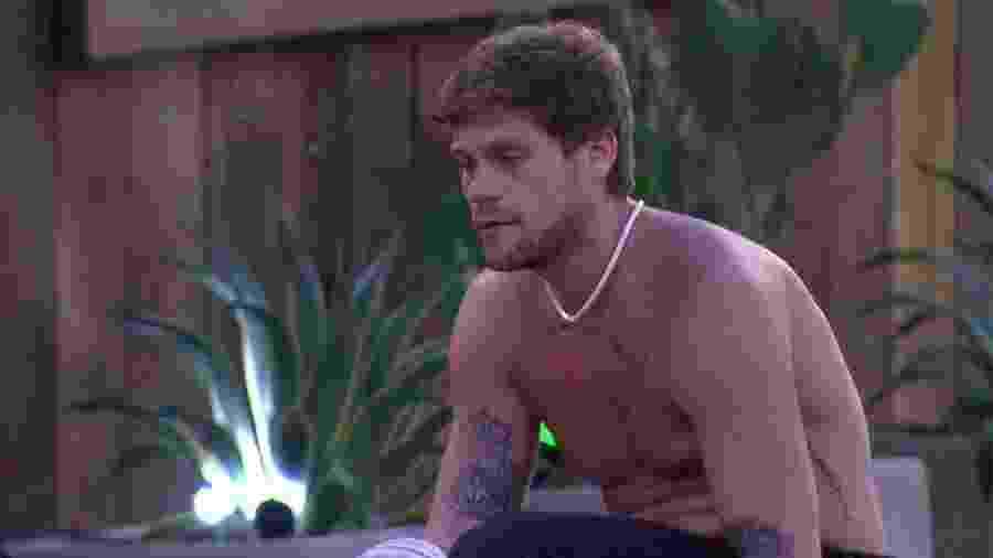 """Breno conversa com brothers na área externa da casa do """"BBB18"""" - Reprodução/GloboPlay"""