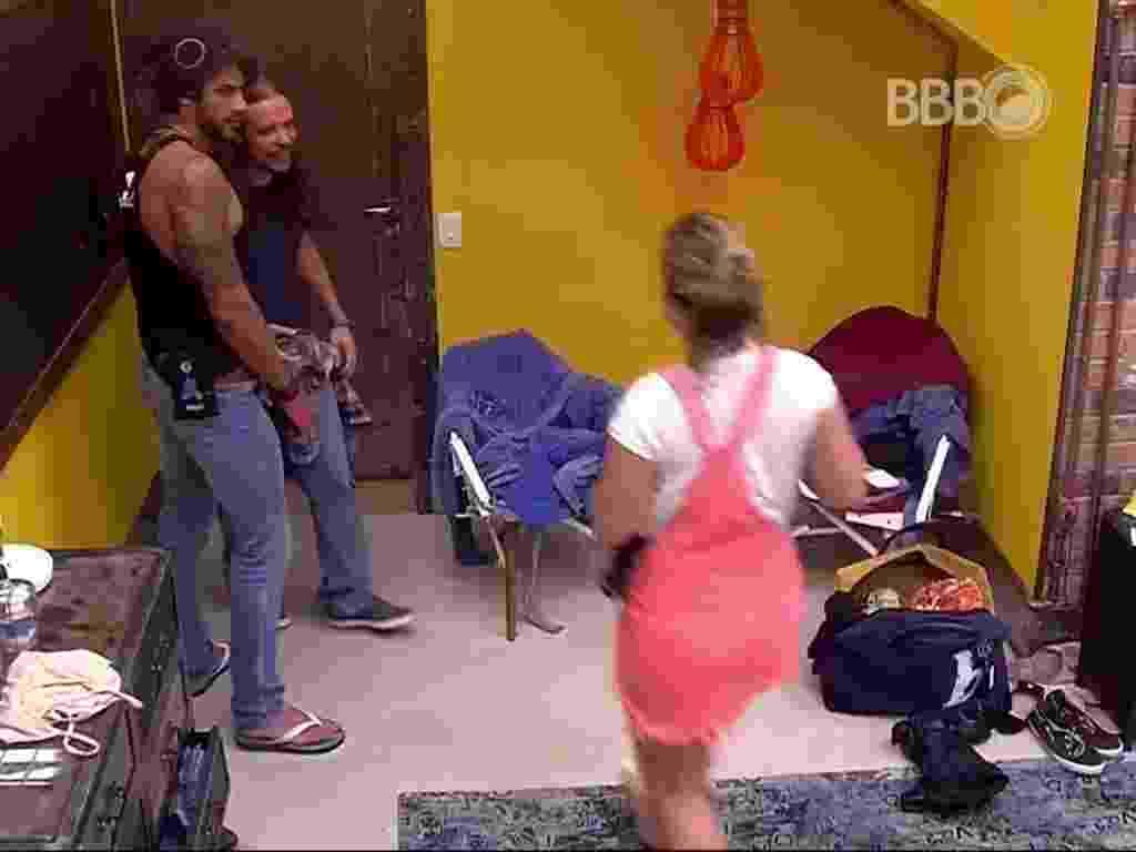 15.fev.2016 - Renan, Tamiel e Maria Claudia conversam sobre o comportamento de Ana Paula na casa - Reprodução/ TV Globo