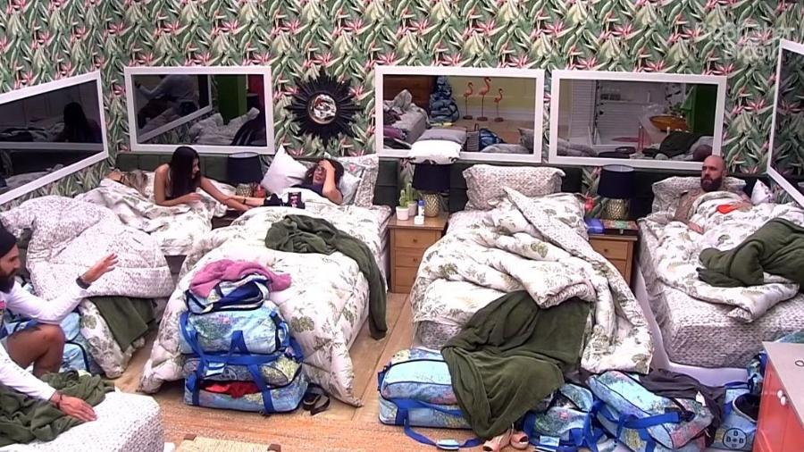 No quarto tropical, brothers conversam antes de dormir - Reprodução/GloboPlay
