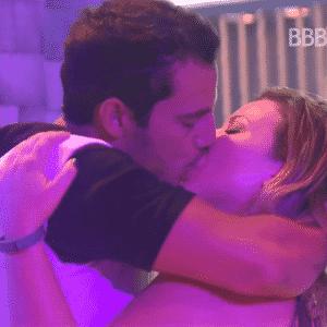 17.mar.2016 - Matheus e Cacau se beijam durante a Festa Fábrica - undefined