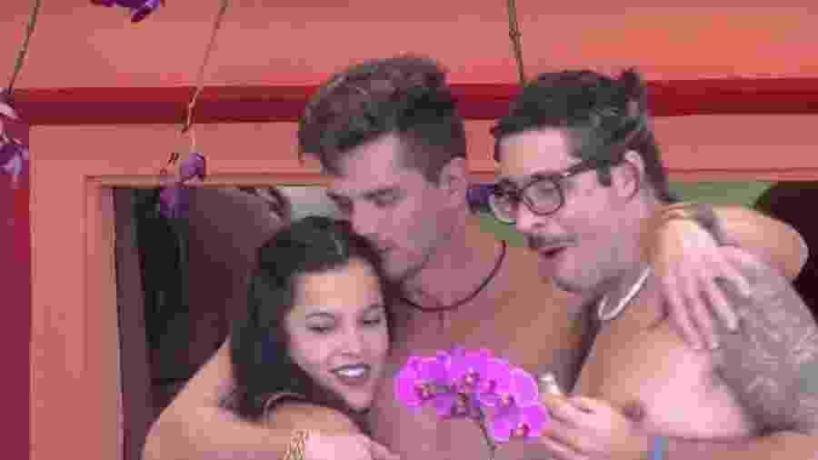 Emilly avisa a Elettra que é namorada de Marcos - Reprodução/ TV Globo