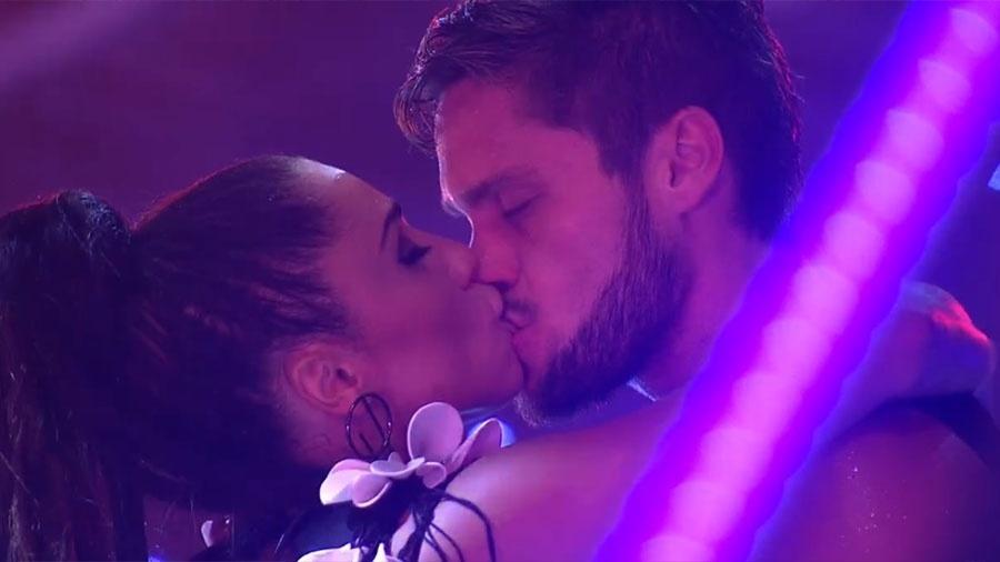 """Paula e Breno se beijam durante festa """"Intergalática"""" - Reprodução/GloboPlay"""
