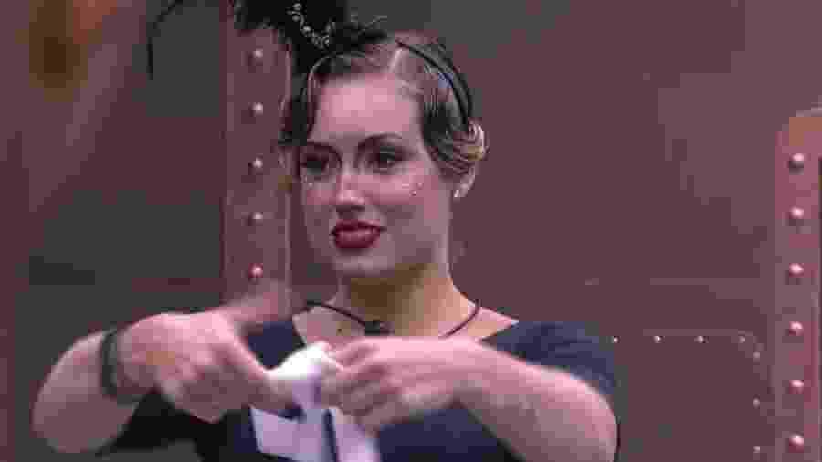 """Jéssica brinca com Kaysar usando o figurino da festa """"Circo"""" - Reprodução/Globoplay"""