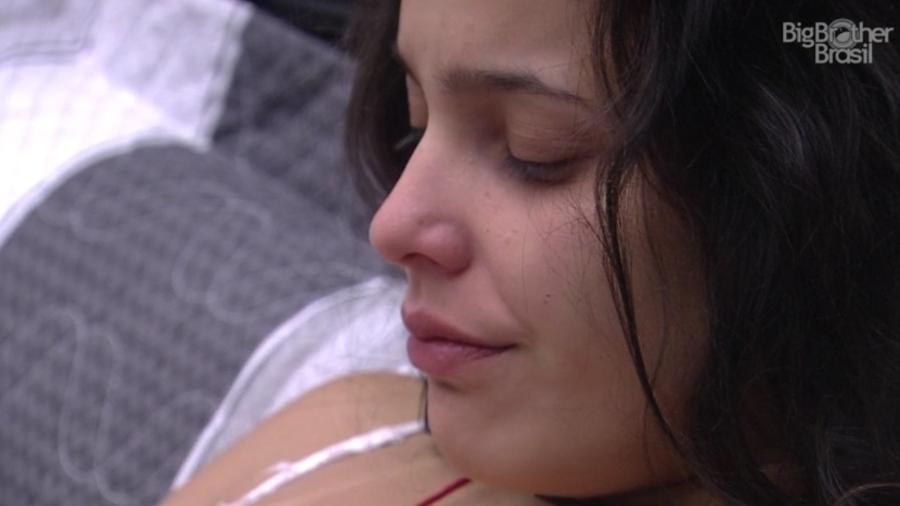 Emilly chora ao ser escolhida para cumprir castigo do monstro - Reprodução/TVGlobo