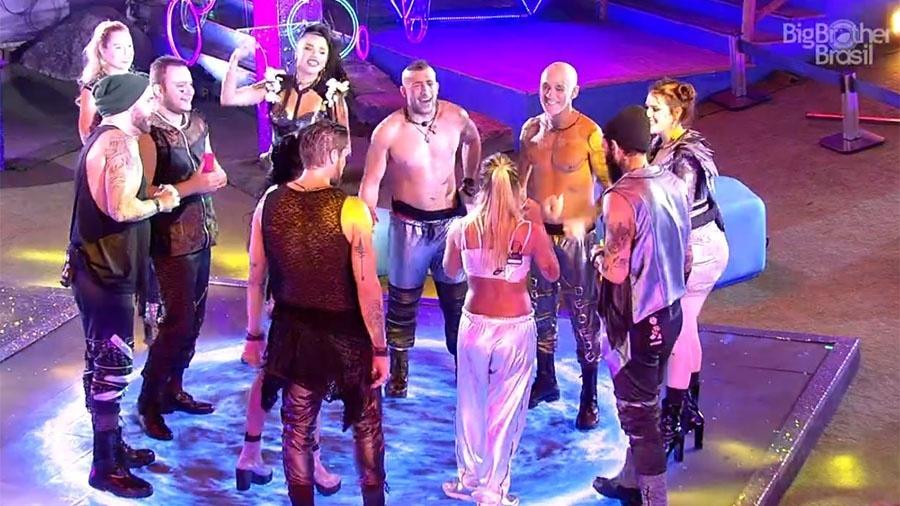 Anitta volta para festa para cumprimentar brothers - Reprodução/GloboPlay