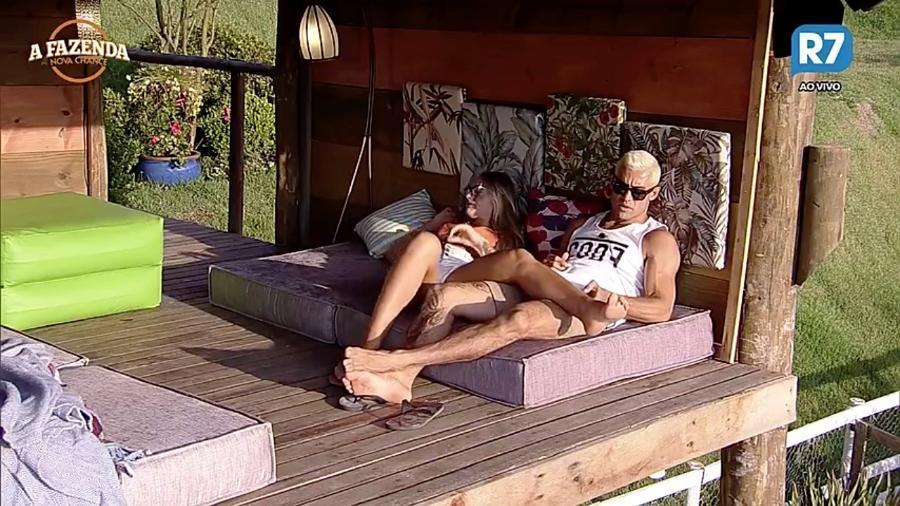 """Yuri Fernandes e Monick Camargo discutem na casa da árvore de """"A Fazenda"""" - Reprodução/R7"""