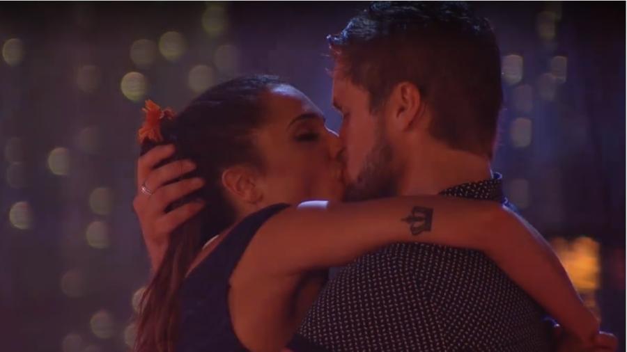 """Paula e Breno se beijam durante festa """"Pompéia""""  - Reprodução/Gshow"""
