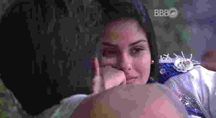 6.fev.2016 - Renan procurar Munik para conversa sobre a madrugada deste sábado (06) - Reprodução/TV Globo