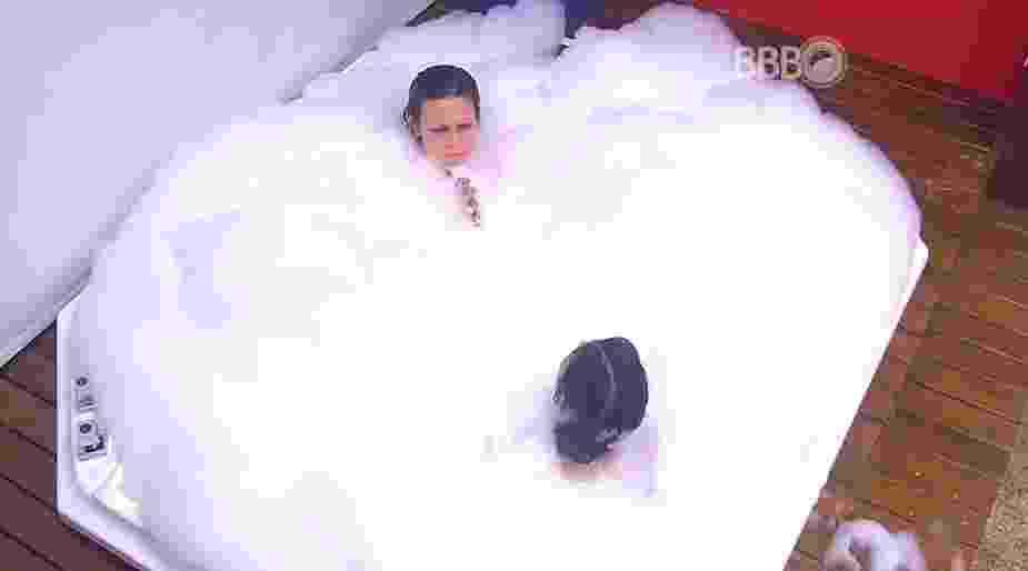 """17.mar.2016 - Cacau e Munik tomam banho de banheira no """"BBB16"""" - Reprodução/TV Globo"""
