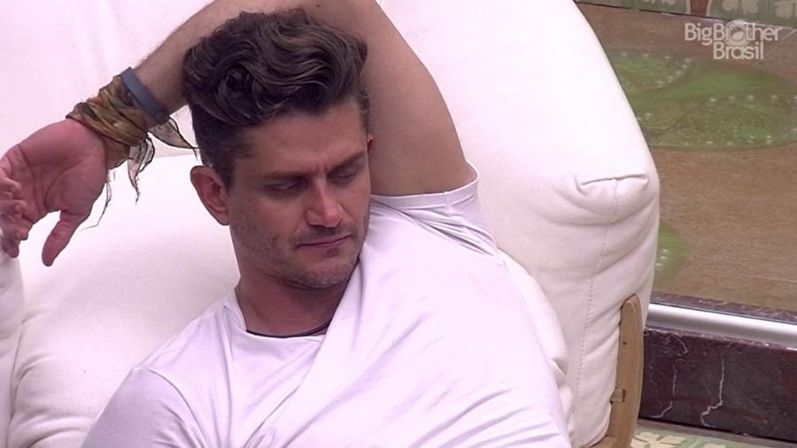 Marcos conta a Ilmar sua conversa com Emilly - Reprodução/TV Globo