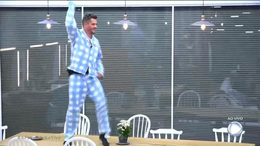 Marcos Harter dança em cima da mesa após escapar da roça - Reprodução/R7