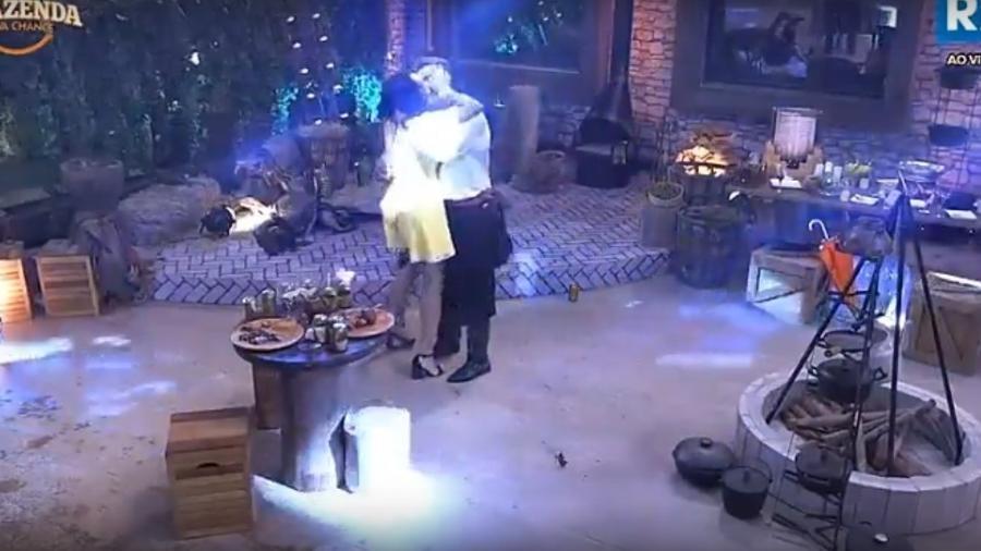 Marcos tenta beijar Monique Amin - Reprodução/R7
