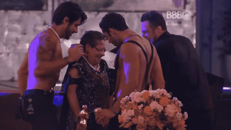 11.fev.2016 - Renan, Matheus e Daniel colocam Geralda para dançar no meio deles - Reprodução/TV Globo