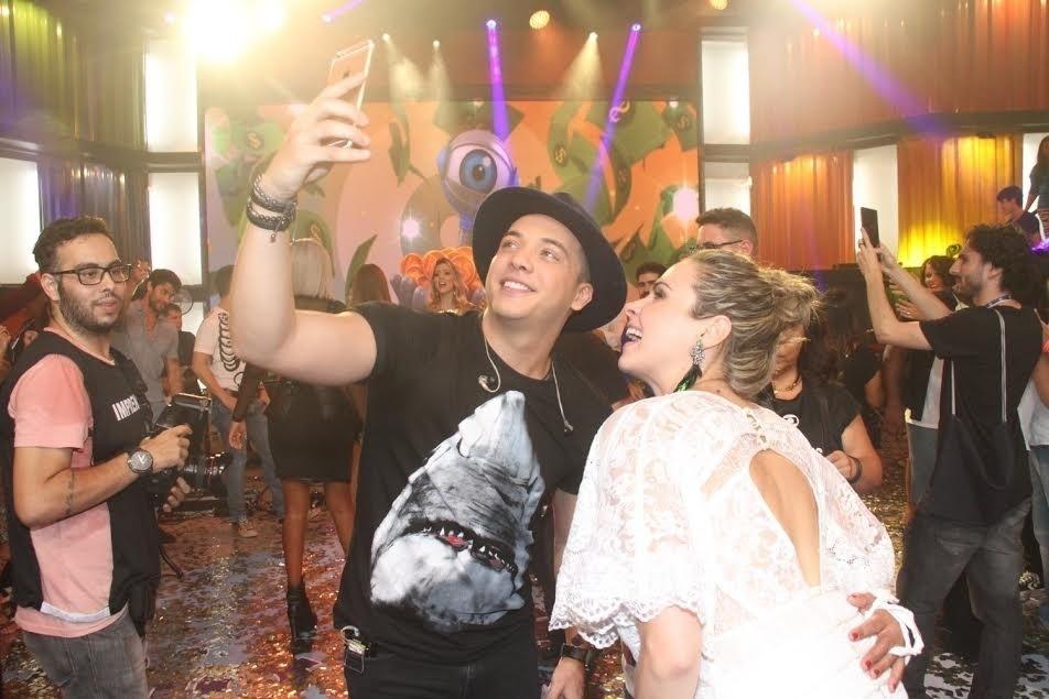 5.abr.2016 - Safadão também aproveitou para tirar fotos com Ana Paula