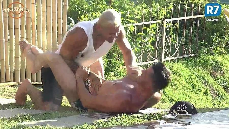 Marcos e Yuri simulam luta - Reprodução/R7