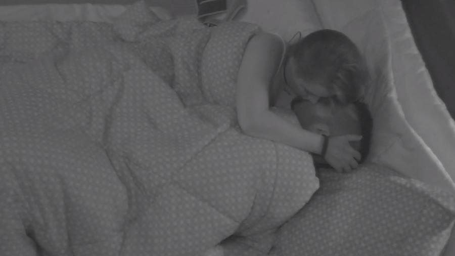 Kaysar e Patrícia se beijam no quarto do líder - Reprodução/Gshow