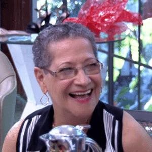 6.abr.2016 - Geralda se diverte assistindo às cenas de sua participação no reality - Reprodução/ TV Globo