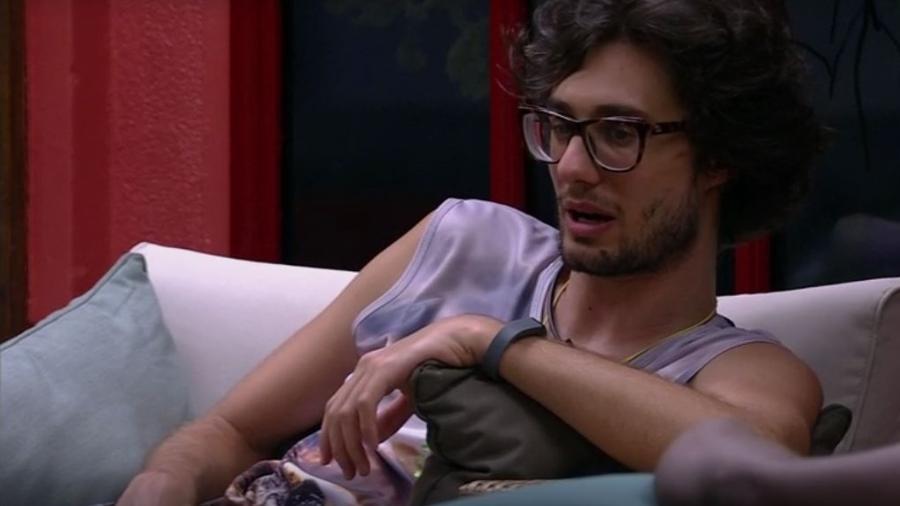 Pedro: sondando Vivian e Roberta sobre o jogo - Reprodução/TVGlobo
