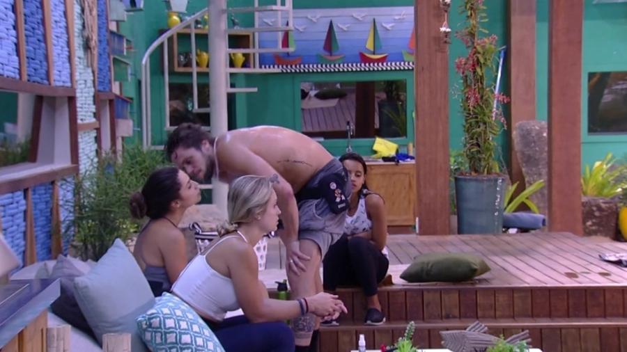 Breno dá beijo na bochecha de Paula - Reprodução/Globoplay