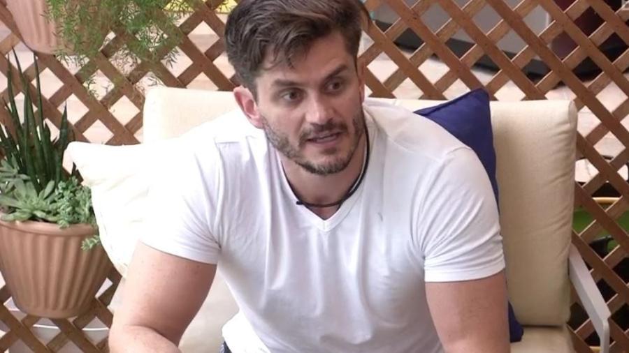 Marcos explica a Elis oferta de cirurgia - Reprodução/TVGlobo