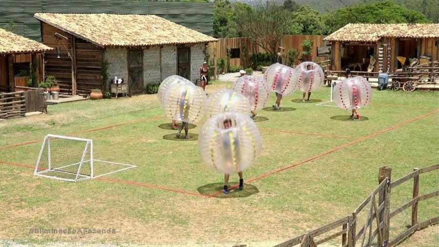 """Peões brincam de futebolha em """"A Fazenda 9"""" - Reprodução/Record"""