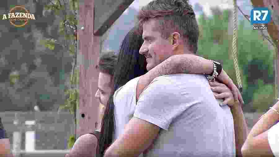 """Marcos e Monique se abraçam durante dança em """"A Fazenda 9"""" - Reprodução/R7"""