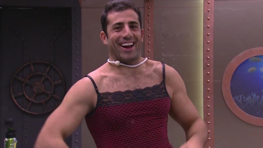Kaysar usa pijama de Patrícia - Reprodução/Globoplay