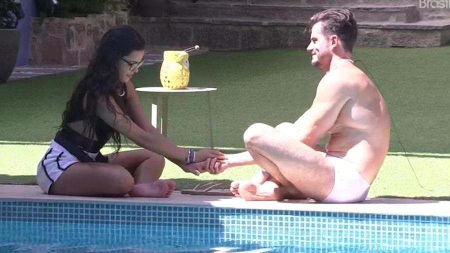 Marcos e Emilly conversam à beira da piscina  - Reprodução/Tv Globo