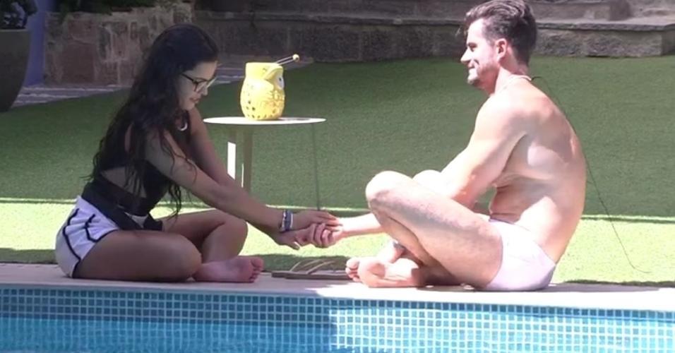 Marcos e Emilly conversam à beira da piscina