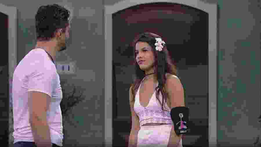 Casal dança no jardim à espera do paredão - Reprodução/TV Globo