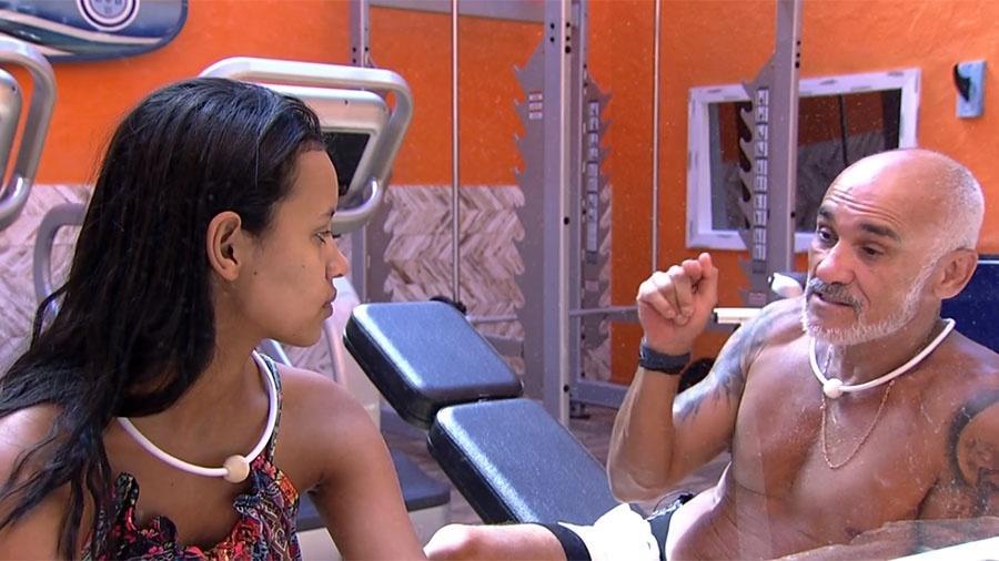 """Gleici e Ayrton conversam na academia da casa do """"BBB18"""" - Reprodução/GloboPlay"""