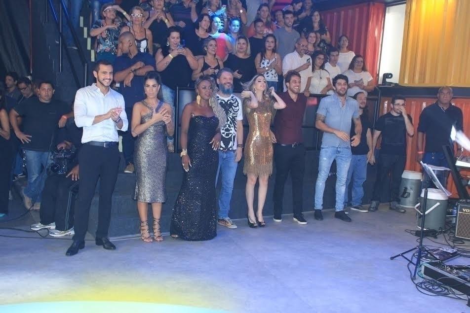 5.abr.2016 - Matheus, Juliana, Adélia, Laércio, Fernanda, Daniel, Renan, Tamiel e Alan ficaram ao lado oposto de Ana Paula
