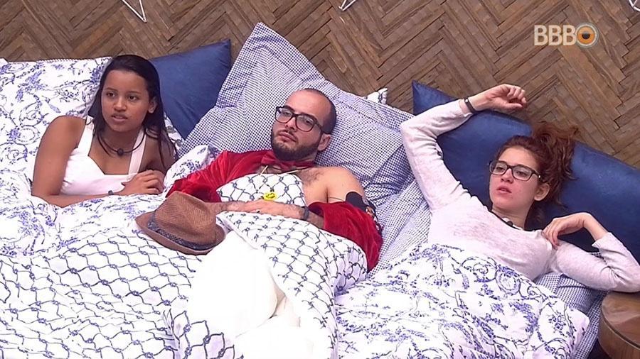 Gleici, Mahmoud e Ana Clara conversam no quarto do líder - Reprodução/GloboPlay