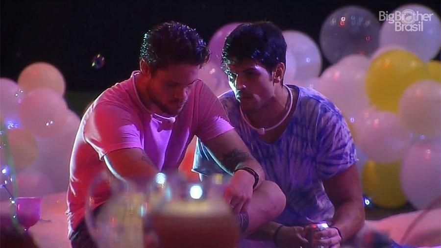 """Breno e Lucas conversam sobre Jéssica na festa """"Lollipop"""" - Reprodução/GloboPlay"""