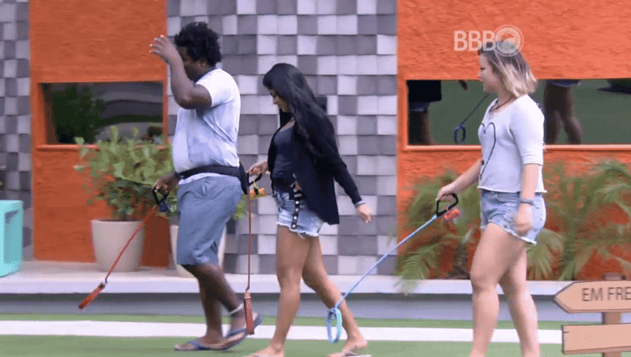 """31.mar.2016 - Munik, Ronan e Maria Claudia passeiam com cães imaginários, no """"BBB16"""" - Reprodução/TV Globo"""