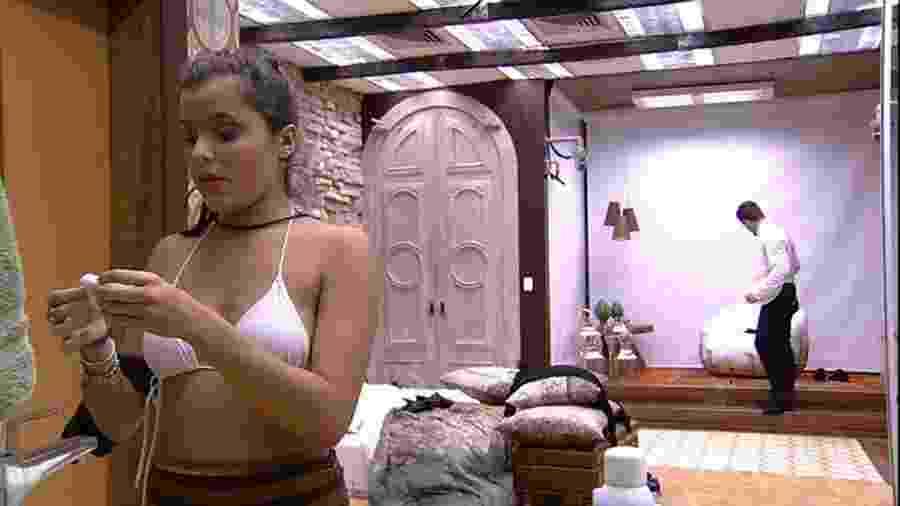 Emilly chama a atenção de Marcos ao final da festa Piscina Retrô - Reprodução/TVGlobo