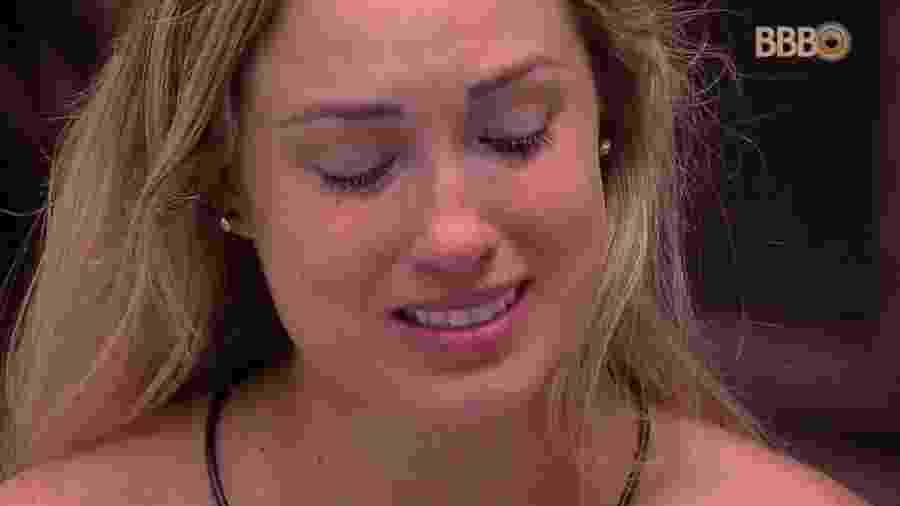 Jéssica chora olhando foto da mãe no quarto submarino - Reprodução/Globoplay