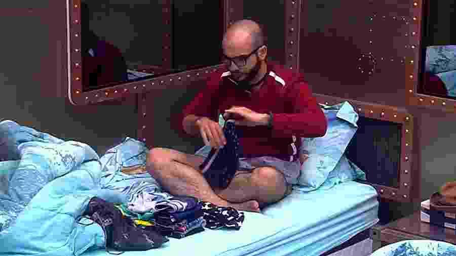 Mahmoud arruma as malas para a noite de paredão - Reprodução/GloboPlay