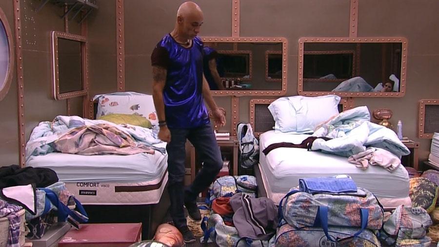 Ayrton reclama de calça larga e Ana Clara repara nas pernas finas do pai - Reprodução/GloboPlay