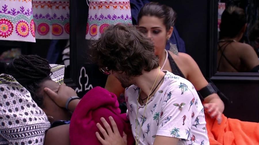 """Roberta chora ao lado de Pedro e Vivian no """"BBB17"""" - Reprodução/TV Globo"""