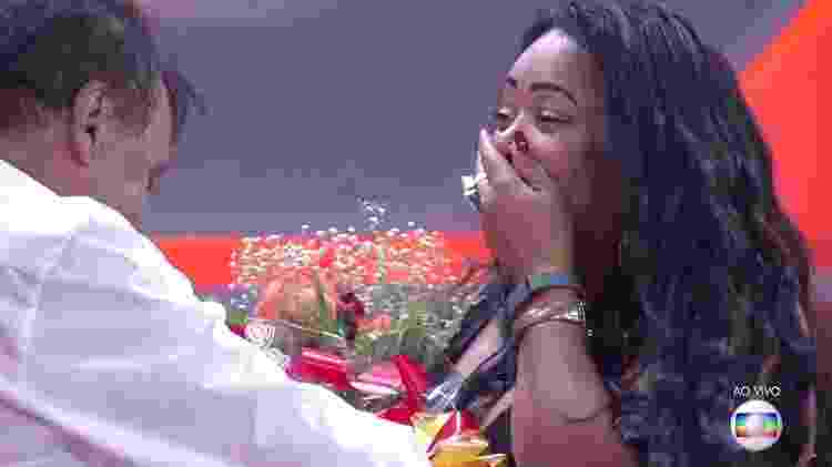 Elis fica emocionada ao ser pedida em casamento - Reprodução/TV Globo - Reprodução/TV Globo