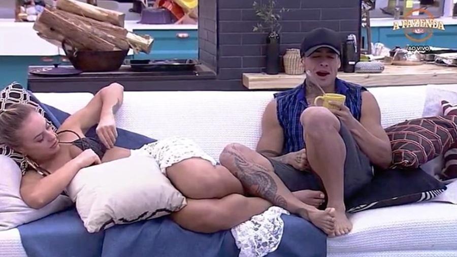 """Monick e Yuri brincam no sofá da sala de """"A Fazenda 9"""" - Reprodução/R7"""
