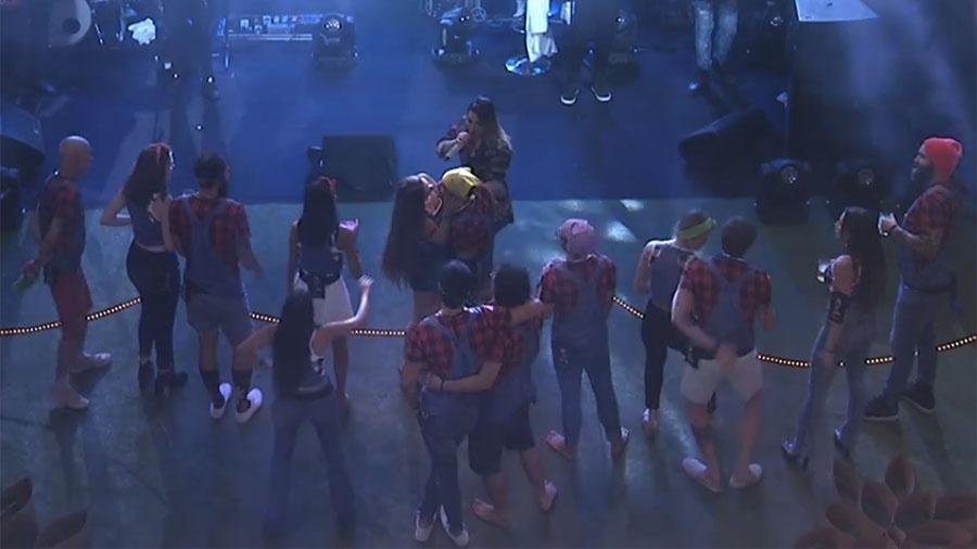 Patrícia e Kaysar dão selinho durante show de Naiara Azevedo - Reprodução/GloboPlay