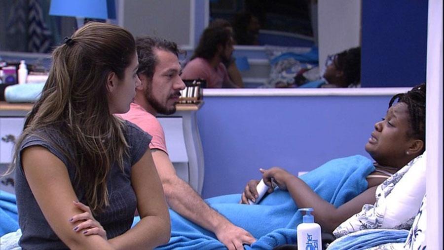 Roberta se lamenta com Rômulo e Vivian sobre paredão - Reprodução/TVGlobo