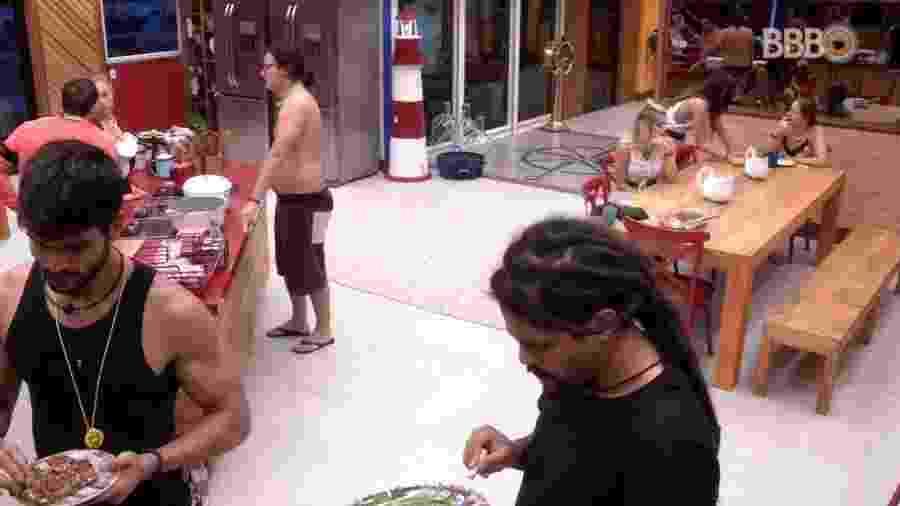 """Brothers tomam café da manhã na casa do """"BBB18"""" - Reprodução/GloboPlay"""