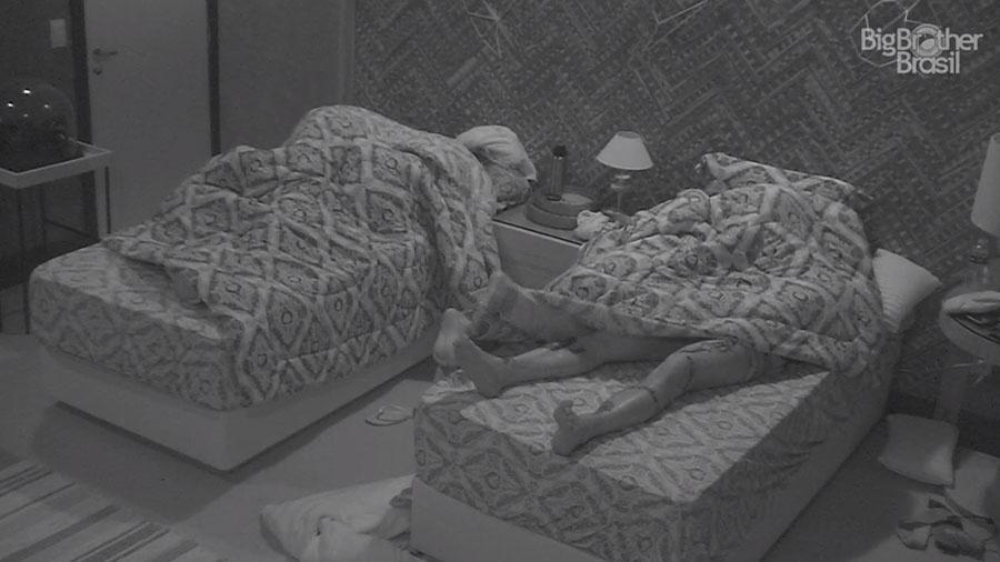 Casais aproveitam a estadia no quarto do líder - Reprodução/GloboPlay