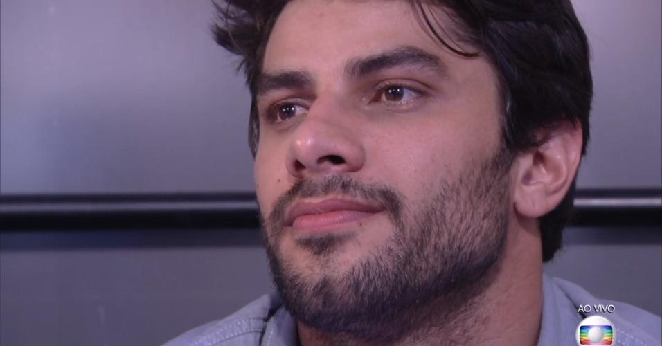 5.abr.2016 - Renan se emociona na final do