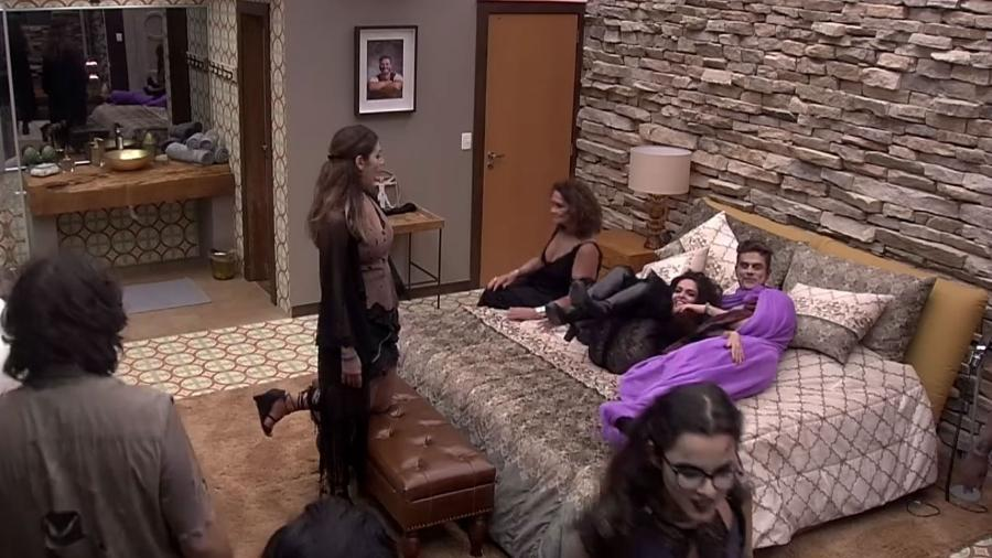 """Marcos abraça Claudia Ohana no """"BBB17"""" - Reprodução/TV Globo"""