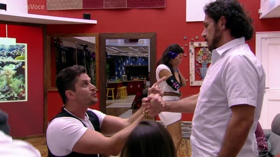 Após eliminação de Rômulo, Marcos se ajoelha em frente ao diplomata - Reprodução/Globo