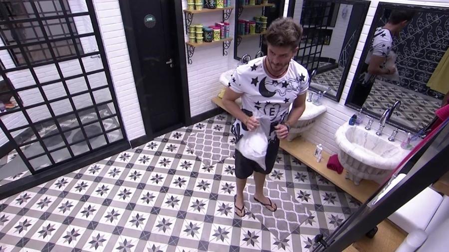 """Marcos coleta lixo do banheiro e diz: """"Vou limpar a sujeira desta casa"""" - Reprodução/TV Globo"""